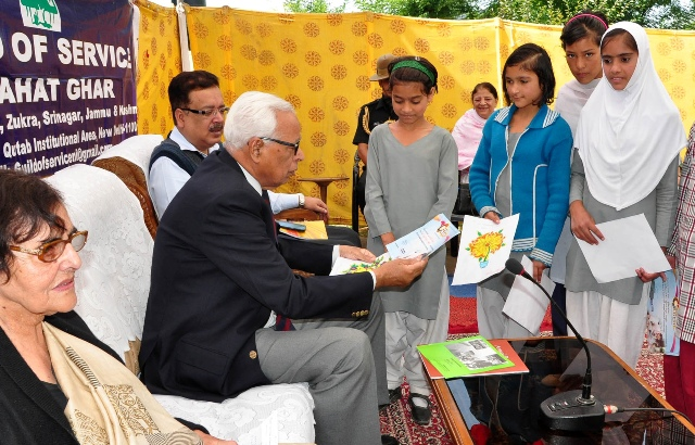 JK Governor viewing art work by children at Raahat Ghar-Scoop News