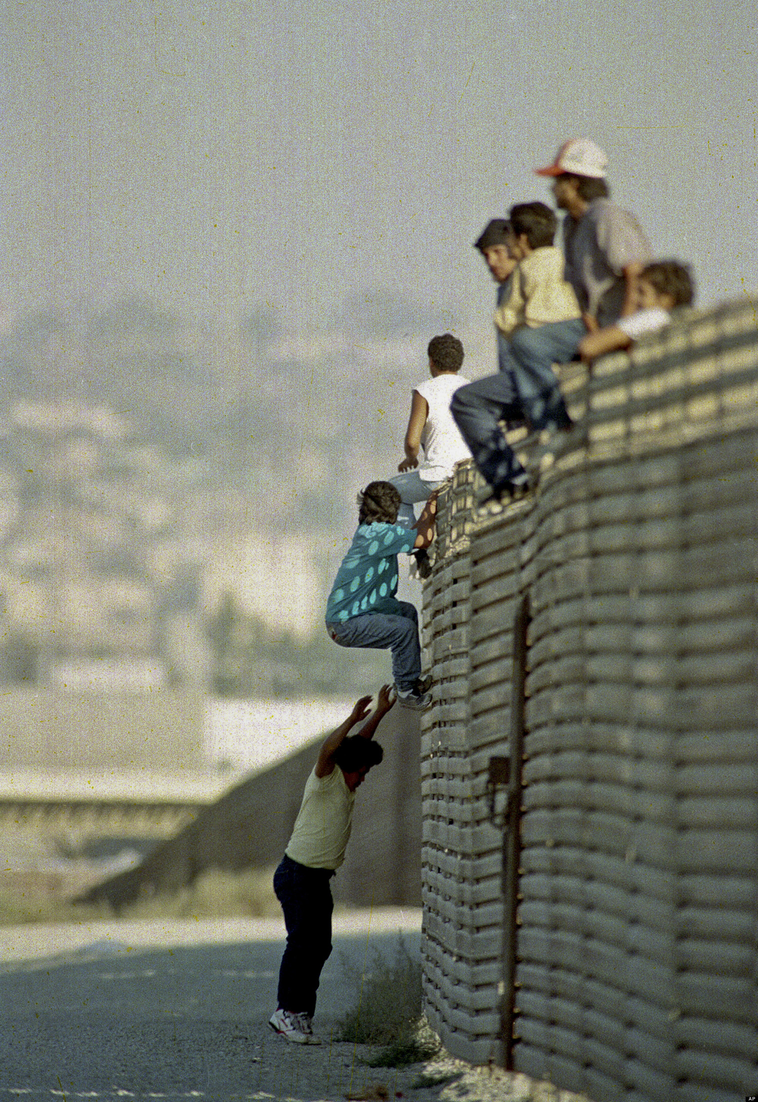 a report on illegal immigration from mexico into the united states Throughout the 1980s and 1990s, illegal immigration was a constant source of political debate, as immigrants continue to pour into the united states, mostly by land routes through canada and mexico.