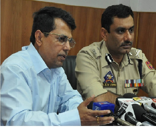 Divisional Commissioner Shantmanu while briefing  the Press about the current border situation,IGP Rajesh Kumar also present