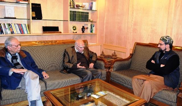 Jethmalani visits Mirwaiz,