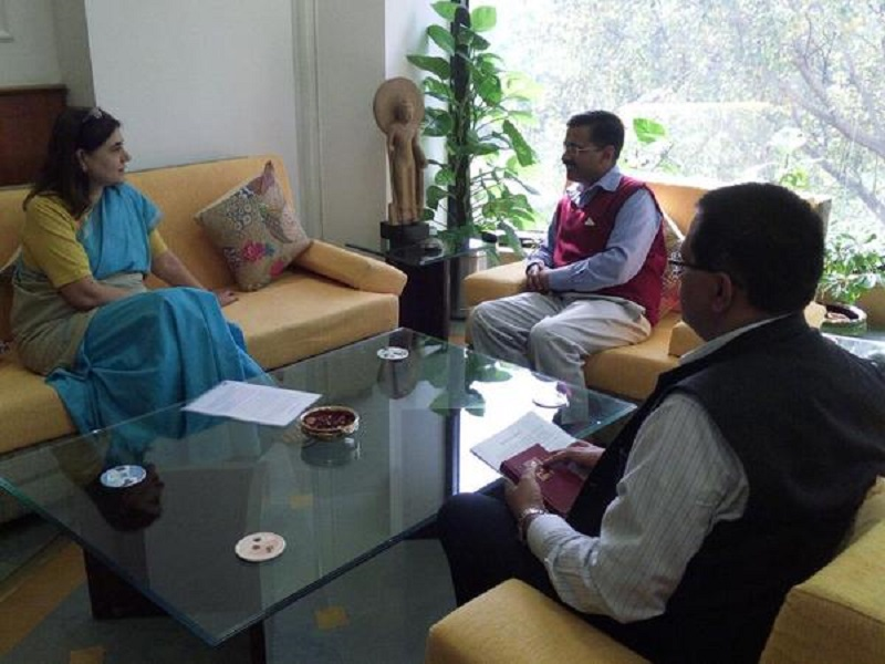 Mrs. Meneka Gandhi, Minister of Women and Child Development, meets Delhi Chief Minister, Mr. Arvind Kejriwal in his office.