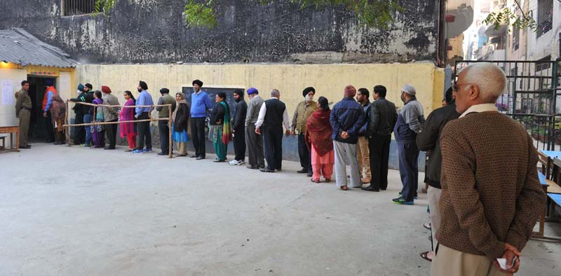 A long queue of voters to cast their vote for the Delhi Assembly Election, in New Delhi on February 07, 2015.