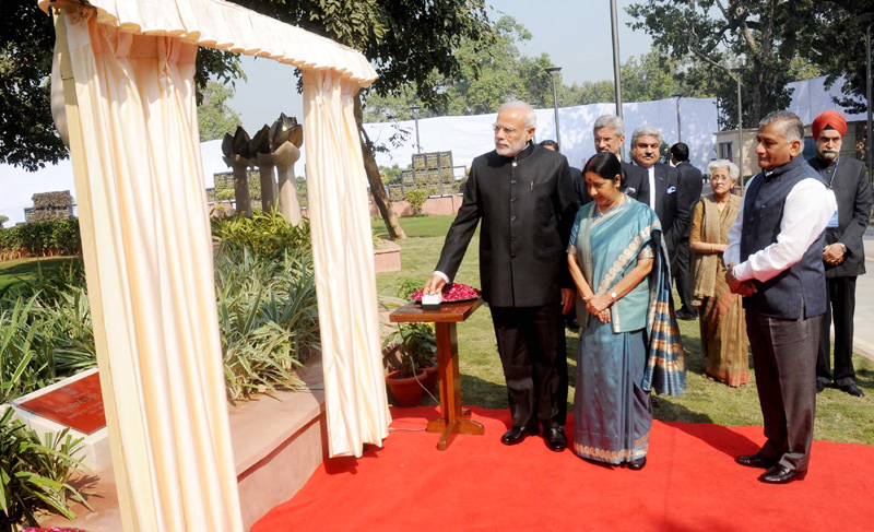 The Prime Minister, Mr. Narendra Modi unveiling the plaque commemorating officers who laid down their lives in national service at Heads of Missions Conference, in New Delhi on February 07, 2015. The Union Minister for External Affairs and Overseas Indian Affairs, Mrs. Sushma Swaraj and the Minister of State for Statistics and Programme Implementation (I/C), External Affairs and Overseas Indian Affairs, General (Retd.) V.K. Singh and other dignitaries are also seen.