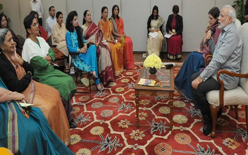 The Prime Minister, Mr. Narendra Modi with the award winners of Stree Shakti Puraskar and Nari Shakti Puraskar, in New Delhi on March 08, 2015. The Union Minister for Women and Child Development, Mrs. Maneka Sanjay Gandhi is also seen.