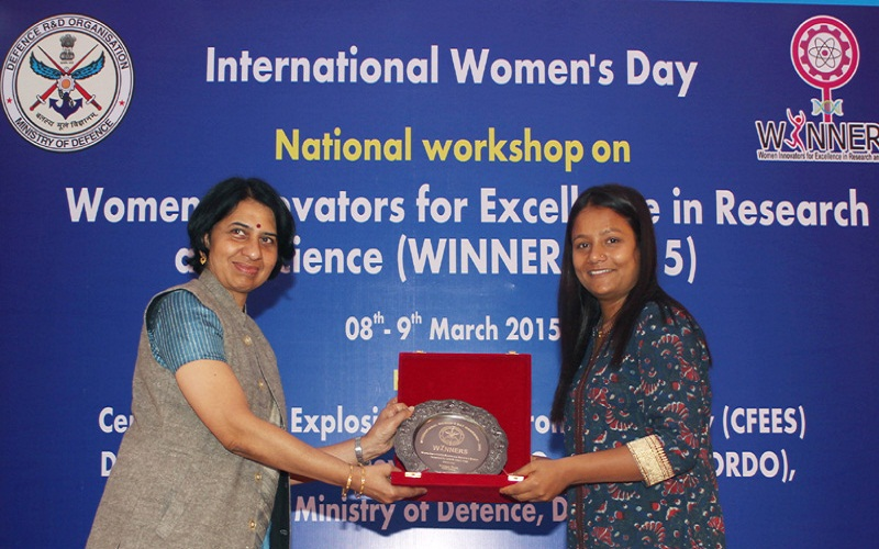 The Director, Centre for Fire, Explosive and Environment Safety (CFEES), Dr. Chitra Rajagopal presenting a memento to Ms. Arunima Sinha, first female amputee to climb Mount Everest during the national workshop on 'Women Innovators for Excellence in Research and Science' Winner-2015 on the International Women's Day, in New Delhi on March 08, 2015.