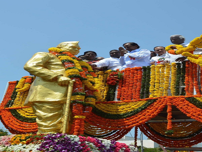 Chief Minister of Telangana Mr. K Chandrashekar Rao garlanding the Statue of late Dr. Babu Jagajeevan Ram at Basheer Bagh on the Occasion of his 108th Birth Day Celebrations, On 05-04-2015.