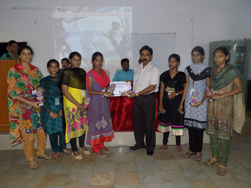 Winners receiving the Mementoes and Certificates of Appreciation from VITS Principal Dr. N Kumara Swamy in the Sports Meet – 2K15 in VITS, Proddatur on 18.04.2015.