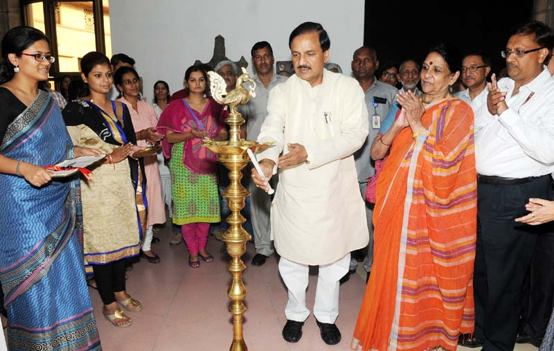 The Minister of State for Culture (Independent Charge), Tourism (Independent Charge) and Civil Aviation, Dr. Mahesh Sharma lighting the lamp to inaugurate the Art of Calligraphy and Beyond: Arabic-Persian Inscriptions on Decorative Arts objects, in New Delhi on May 15, 2015.