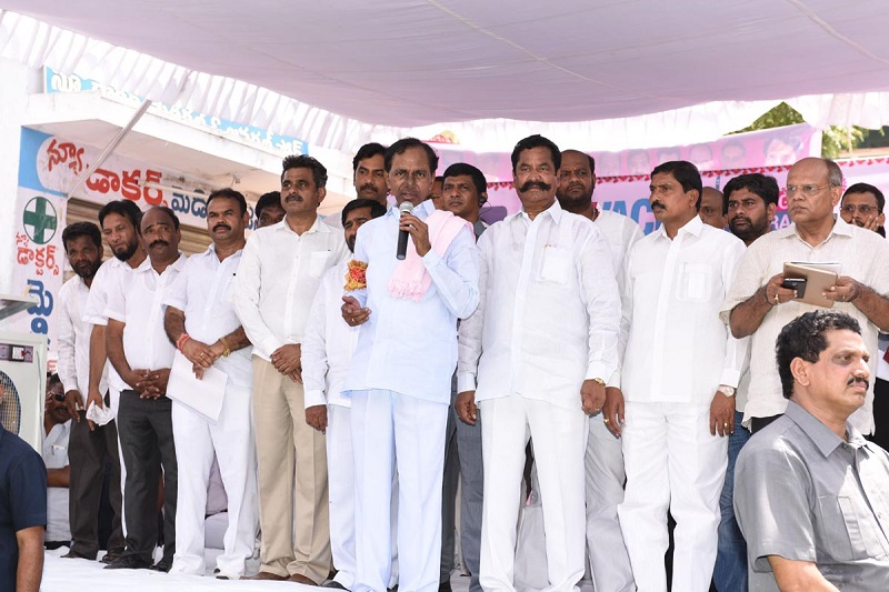 Chief Minister of Telangana Mr. K Chandrasekhar Rao participating in 'Swachh Hyderabad' programme on 20-05-2015.