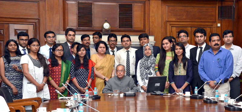 The President, Mr. Pranab Mukherjee with the second batch of NITs scholars attending In-Residence programme, at Rashtrapati Bhavan, in New Delhi on May 21, 2015.